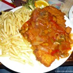 zigeuner-schnitzel-mit-pommes-frites-beilagensalat-920-euro1